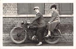 CARTE PHOTO ANCIENNE UN COUPLE SURUNE MOTO SAROLEA IMMATRICULEE 848 NA2 - Couples