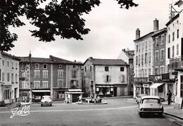 63 .n° 21321 . Cunlhat . Voitures . Place De La Fontaine. Cpsm .10.5 X 15cm . - Cunlhat