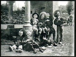 Garçonnets Mangeant Près D'une Fontaine à Plumelec (56) Par Charles Et Paul Géniaux - Expositions