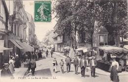 03. VICHY. CPA.  ANIMATION. LA RUE DE NIMES. ANNEE 1908 + TEXTE - Vichy