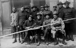 13 SALON DE PROVENCE / CARTE PHOTO / 1918 / BAR ?? CAFÉ ?? SOLDATS FRANÇAIS ET AMÉRICAINS / SAMMIES / DOUGHBOYS / 61e RI - Salon De Provence