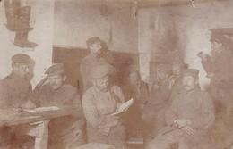 AK Foto Deutsche Soldaten Auf Der Stube - Lesen Rauchen Stiefel - Feldpost Feldlazarett 322 - 1917 (47200) - Guerra 1914-18