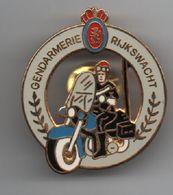 PIN'S Motard Gendarmerie Belge, Rijkswacht, Dos Doré Par La Boite à Pin's....BT15 - Police