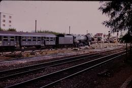 Photo Diapo Diapositive Slide Train Wagon Locomotive à Vapeur 141 R Train Voyageurs à Montargis Le 25/09/1971 VOIR ZOOM - Dias