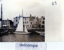 Photo - Port De Saint Martin De Ré - Magasin Tabac - Cartes Postales Descagne ? Univers De L'Ile - Prix Modérés... - Plaatsen