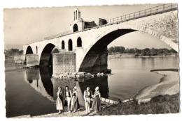 CPA  84        AVIGNON     1958     LE PONT BENEZET AVEC GROUPE FOLKLORIQUE LES CONTADINS - Brücken