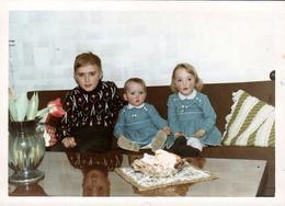 Photo Couleur Originale Amusant Reflet De Tête Sur Une Table De Salon Trop Vernie Vers 1960 - Personnes Anonymes