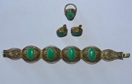Bijoux De Fantaisies. Set De Bracelet, Boucles D'oreiles, Bague. Probablement Italien Années 60.  Bracelet Fait 18 Cm - Juwelen & Horloges