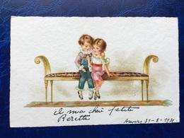"""Cpa --""""Enfants S'embrassant Timidement Sur Canapé D'époque""""--(820) - Szenen & Landschaften"""