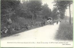 D77 - ROUTE DE LUZANEY-LE 89e DE LIGNE PENDANT LA POSE-ENVIRONS DE LA FERTE SOUS JOUARRE-Carriole Avec Chevaux Blancs - France