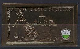 SUISSE:  Vignette-souvenir Costumes Suisses Et Château De Chillon (VD) - Kastelen
