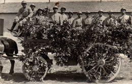 Cpa Carte Photo Soldats Grande Guerre Sur Chariot En Fleurs. - Krieg, Militär
