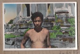 CPSM CAMBODGE - TAKEO - Guide Cambodgien - TB PLAN TB PORTRAIT Homme Devant Temple - Cambodia