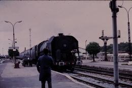 Photo Diapo Diapositive Slide Train Voyageurs Locomotive à Vapeur 141 R à Montargis Le 25/09/1971 VOIR ZOOM - Dias