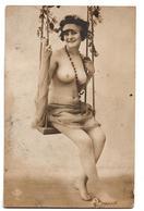 FEMME A DEMI NUE SUR BALANCOIRE TYPE EUROPEENNE - Fine Nudes (adults < 1960)