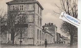 MONTMELIAN: Une Rue,animée. édit Blanc. - Montmelian