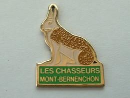 Pin's  LAPIN - LES CHASSEURS MONT BERNANCHON - CHASSE - Animals