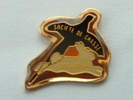 Pin's  LAPIN - FAISAN - SOCIETE DE  CHASSE LABEUVRIERE - Animals