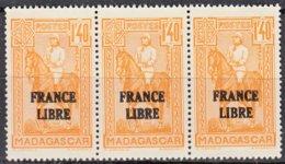 Madagascar   BANDE De 3     FRANCE LIBRE  1f40 Ocre    Y.et.T. Num 246      Neuf      Scan   Recto Verso - Madagascar (1889-1960)