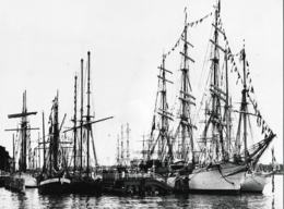 Press Photo: Windjammerparade With The Danish Ship Danmark At The Reventloubridge. Size: 17,5 X 24 Cm (LAR9-21) - Photographs