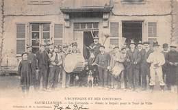 SAUXILLANGES (63) - Les Cornards - Avant Le Départ Pour Le Tour De Ville ++++ L'AUVERGNE Et Ses COUTUMES +++ RARE - Andere Gemeenten
