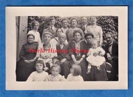 2 Photos Anciennes Snapshot - Portrait De Famille - Vers 1916 - Homme Femme Enfant Robe Génération Bébé Costume Mode - Photos