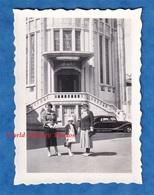 Photo Ancienne Snapshot - VICHY - Famille Devant Notre Dame Des Malades - Architecture Immeuble Mode Enfant Robe Chapeau - Lieux
