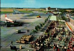 ! Moderne Ansichtskarte Flughafen Düsseldorf, Swissair Flugzeug, VW Bulli - Aeródromos