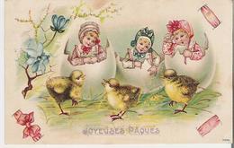 ENFANTS ET POUSSINS . CPA Gaufrée Voyagée En 1905 Joyeuses Pâques Enfants Sortant De La Coquille Devant Les Poussins - Pascua