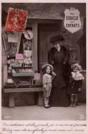 CPA - FANTAISIE - ENFANTS Avec Leur Mère Devant MAGASIN De JOUETS - Edition S.I.P. - Szenen & Landschaften