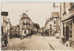Baugé  49   Le Centre Ville -La Rue Tres Tres Animée-Quincaillerie-Epicerie - Café Et Attelage Charette- Voiture-et Moto - Francia