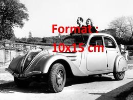 Reproduction D'une Photographie D'un Couple Dans Leur Peugeot 402 De 1938 - Repro's