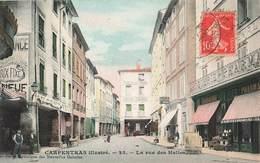 84 Carpentras La Rue Des Halles Cpa Carte Animée Colorisée Boutique Droguerie Pharmacie - Carpentras