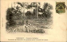 DAHOMEY - Carte Postale - Vannier Indigène Tressant Des Branches De Palmier Pour Couvrir Une Case - L 53310 - Dahomey