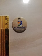 12182  JETON DE CADDIE LE REPUBLIQUE DES PYRENEES - Munten Van Winkelkarretjes