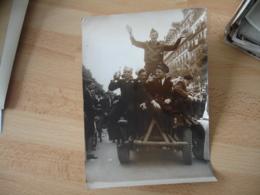 Guerre 39.45 Photo De Presse Jeep Francais Anglaise Americains Defilent Sur Grand Boulevard - Oorlog, Militair