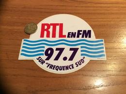 AUTOCOLLANT, Sticker  * «RTL EN FM SUR FREQUENCE SUD 97.7» (radio) - Autocollants