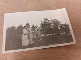DEUTSCHE FAMILIENWELTEN DAZUMAL - HERR MIT PHOTOAPPARAT VOR OLDTIMER - FRAUEN UND KINDER POSIEREN - 1924 - Automobile