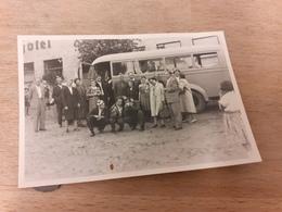 DEUTSCHE AUSFLUGSGESELLSCHAFT DAZUMAL - LUSTIGER TREFF VOR EINSTEIGEN - HOTEL - OLDTIMER-BUS - 40er - Automobile