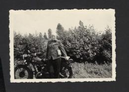 FEMME ET MOTO * VROUW EN MOTO * WOMAN AND MOTORCYCLE * 8.5 X 6 CM - Automobile