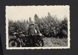 FEMME ET MOTO * VROUW EN MOTO * WOMAN AND MOTORCYCLE * 8.5 X 6 CM - Cars