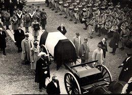 12251  PHOTO AGENCE ROL P ARIS 10-01-1932 OBSEQUES DE MONSIEUR MAGINOT CERCUEIL SUR UN AFFUT DE CANON MARECHAL PETAIN / - Militaria