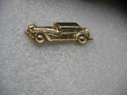 Pin's Doré D'une Ancienne Automobile En 3D - Pin's