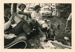 Snasphot Picnic Pique Nique Animée Voiture Ancienne Alcool Vin Bière Détente - Persone Anonimi