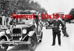 Reproduction D'une Photographie Ancienne D'un Agent De La Circulation Sur Les Champs Elysée Avec Un Taxi Londonien 1950 - Reproductions