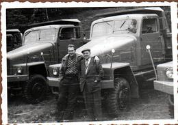 Photo Originale 2 Chauffeurs Posant Fièrement Devant Un Alignement De Camions Benne Flambants Neufs - Auto's
