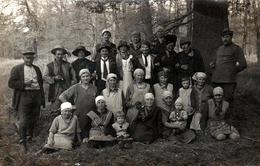 Carte Photo Originale Portrait De Famille Ou D'Employés Déguisés En Forêt Vers 1920, Femmes & Enfants Encadrés - Anonymous Persons