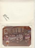 PHOTOGRAPHIE COULEURS D'UN GROUPE DE MAJORETTES - JEAN-CLAUDE ZERMATI PHOTOGRAPHE COLOMBES - PHOTO 17.5 X 12.5 Cm - Luoghi