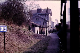 Photo Diapo Diapositive Slide Train En Gare De Villecresnes En 1969 VOIR ZOOM - Dias