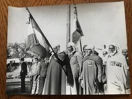 Photo Originale Combattants Algériens - Cérémonie Aux Drapeaux Lieu Inconnu. Médaille - Guerre, Militaire